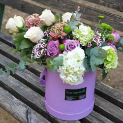 Kompozim me trëndafila dhe luleborë