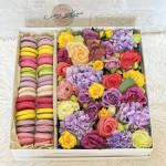 Kompozim me lule dhe macaroons