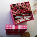 Kuti kub me trendafila te vegjel e cokollata