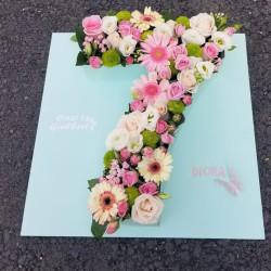 Kompozim me lule në formë numri