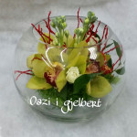Kompozim me orkide ne akuarium qelqi.